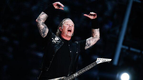 Джеймс Хетфилд во время концерта рок-группы Metallica