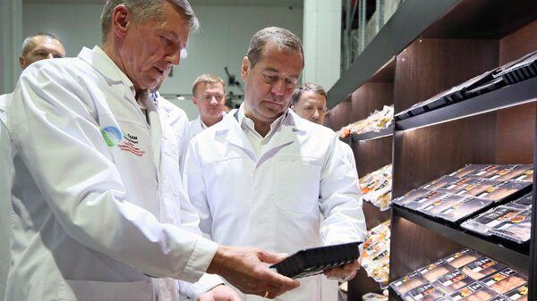 Председатель правительства РФ Дмитрий Медведев во время осмотра готовой продукции ООО Курский мясоперерабатывающий комбинат. 22 июля 2019