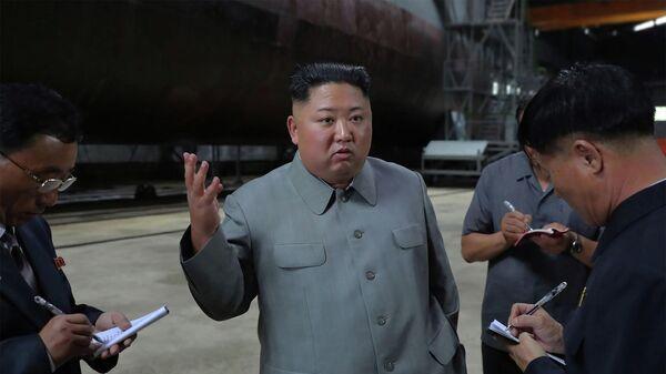 Лидер КНДР Ким Чен Ын в ходе посещения новой северокорейской подводной лодки. 23 июля 2019