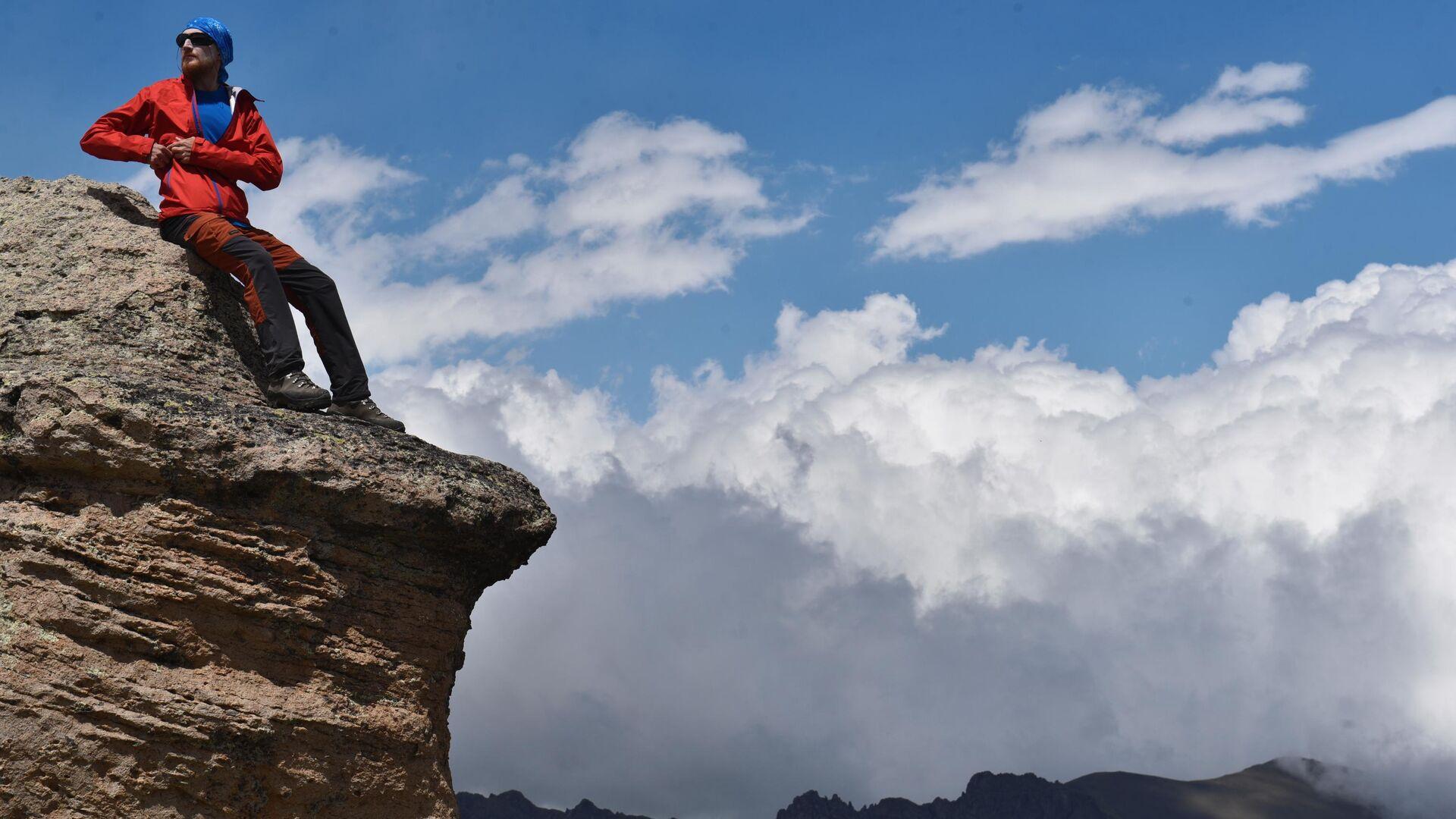 Альпинист на одной из скал во время восхождения на Эльбрус из ущелья Джилы - Су в Кабардино-Балкарии - РИА Новости, 1920, 08.05.2020