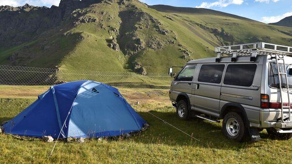 Автомобиль и палатка