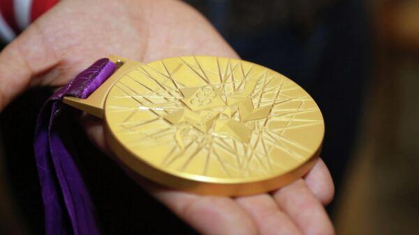Золотая медаль в руках олимпийского чемпиона Лондона по дзюдо Мансура Исаева