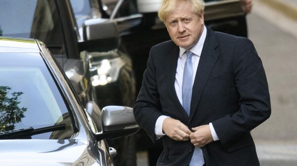 Премьер-министр Великобритании Борис Джонсон у резиденции на Даунинг-стрит, 10 в Лондоне