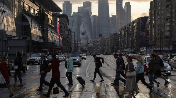 Пешеходы переходят Большую Дорогомиловскую улицу в Москве. 24 июля 2019
