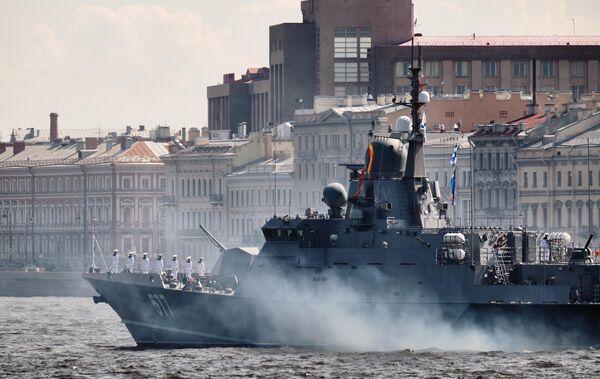 Малый ракетный корабль проекта 22800 Советск во время репетиции парада в честь Дня ВМФ России в Санкт-Петербурге