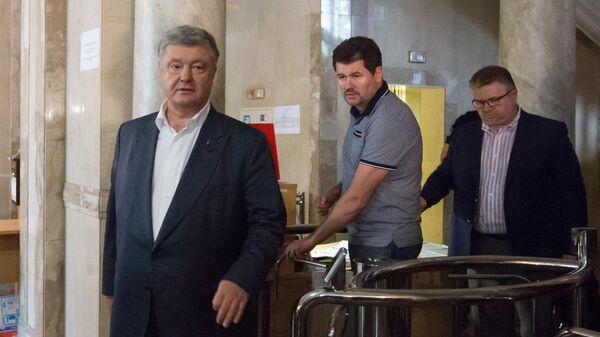 Экс-президент Украины Петр Порошенко выходит из здания Государственного бюро расследований