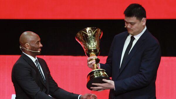 Яо Мин и Кобе Брайант (слева) с кубком мира по баскетболу