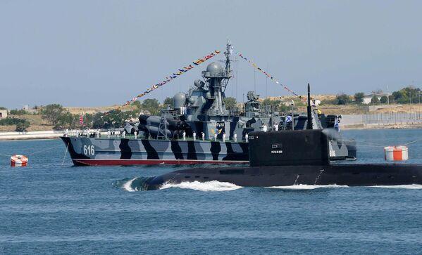 МРК Самум во время парада кораблей в Севастополе в честь Дня Военно-морского флота России