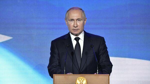 Президент РФ Владимир Путин выступает на торжественном приеме по случаю Дня Военно-морского флота РФ в Главном Адмиралтействе в Санкт-Петербурге. 28 июля 2019