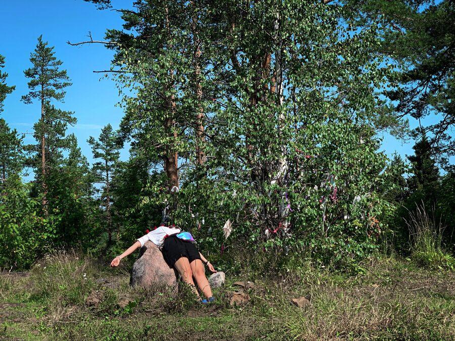 Карелия. Гора Ахмаваара. Девушка лежит на камне плодородия