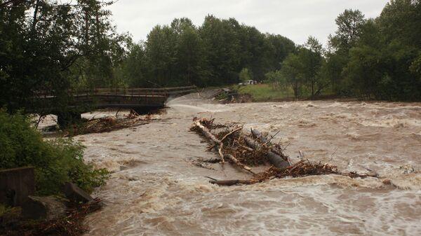 Обвалившийся из-за паводка мост через реку Солзан в Байкальске