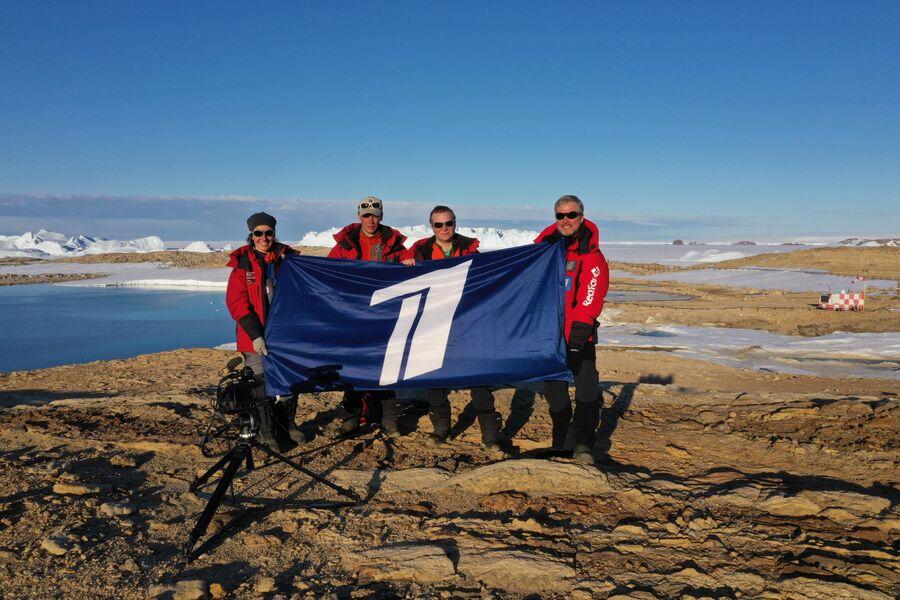 Антарктида. Валдис Пельш, со съемочной группой на финишной станции Прогресс
