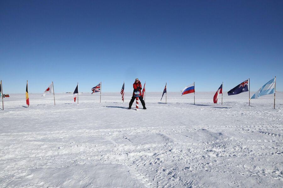Антарктида. Валдис Пельш на Южном Полюсе у церемониального шара