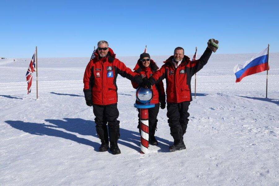 Антарктида. Валдис Пельш вместе с режиссером и оператором на Южном Полюсе у церемониального шара
