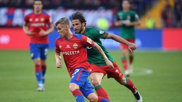 Игрок ЦСКА Арнор Сигурдссон (слева) и игрок Локомотива Гжегож Крыховяк
