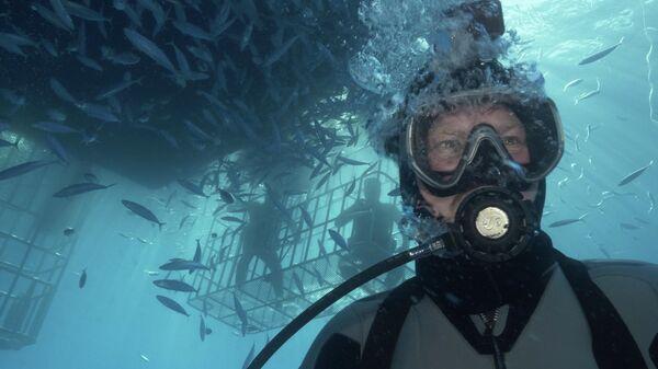 Мексика, остров Гуадалупе. Валдис Пельш на крыше клетки, высматривает акул во время съемок фильма Большой белый танец