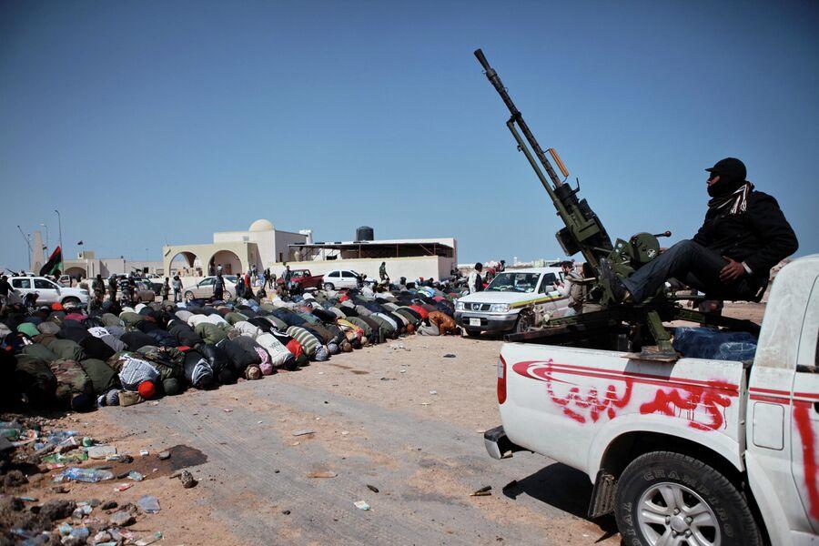 Бойцы оппозиции на пятничной молитве у города Рас-эль-Ануф