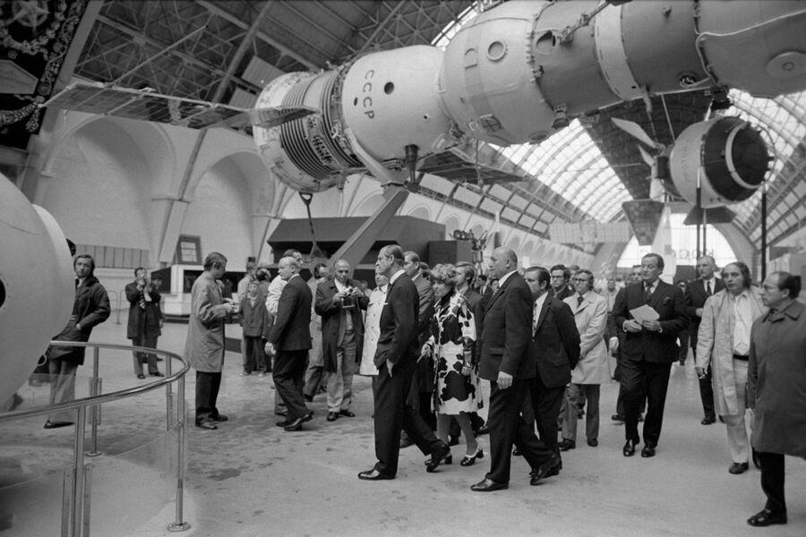 Принц Филипп герцог Эдинбургский (в центре) в Москве на Выставке достижений народного хозяйства СССР (ВДНХ, ВВЦ) в павильоне Космос.