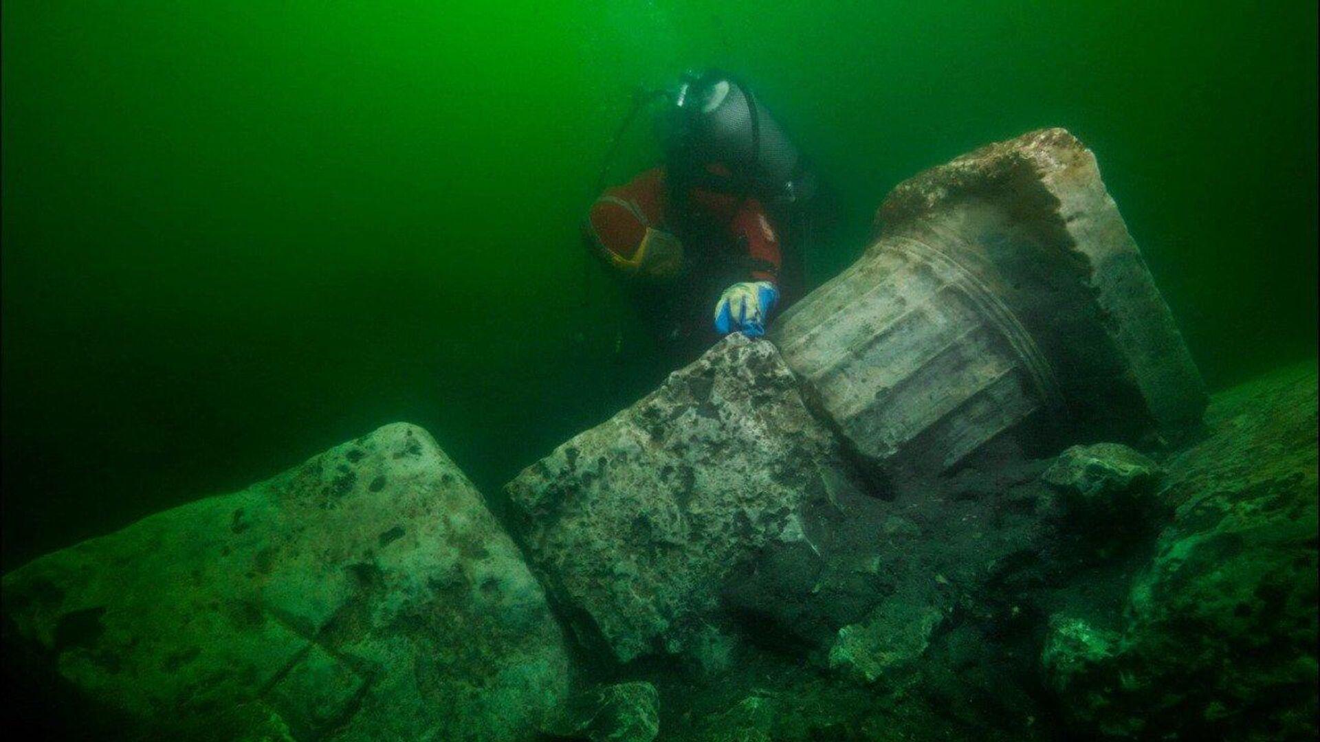 Археолог-водолаз на месте затопленного древнего города Гераклион в Средиземном море близ Александрии в Египте - РИА Новости, 1920, 15.08.2019