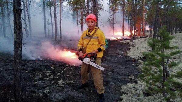 Сотрудники министерства охраны природы Якутии борются с природными пожарами в Якутии