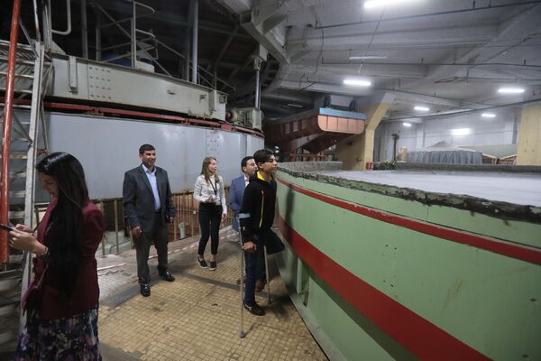 Мальчик из Ирака Касим Алькадим во время осмотра технических помещений Большого Московского государственного цирка на проспекте Вернадского