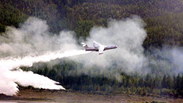 Самолет-амфибия Бе-200 во время тушения лесного пожара в Якутии