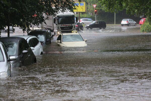 Автомобили на затопленной улице Фленсбурга в Германии