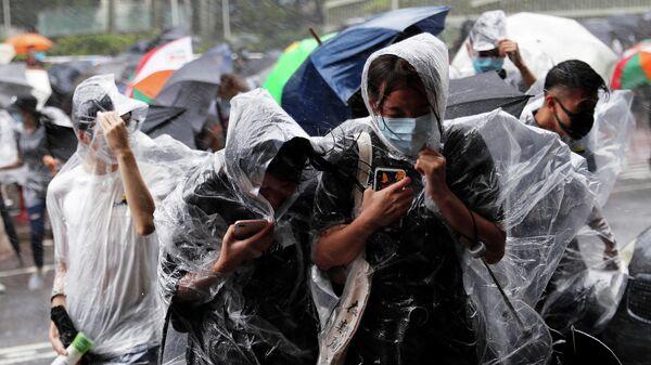 Люди во время ливня, вызванного тайфуном Випа в Гонконге