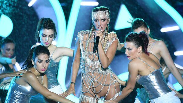 Певица Ольга Бузова выступает на международном музыкальном фестивале Жара в Баку