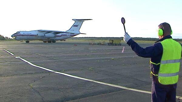 Самолет Ил-76ТД с сотрудниками Уральского учебно-спасательного центра МЧС, прибывшими для участия в тушении лесных пожаров в Иркутской области. Стоп-кадр с видео, предоставленного МЧС