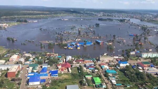 Затопленные жилые дома в Иркутской области. Стоп-кадр с видео, предоставленного МЧС