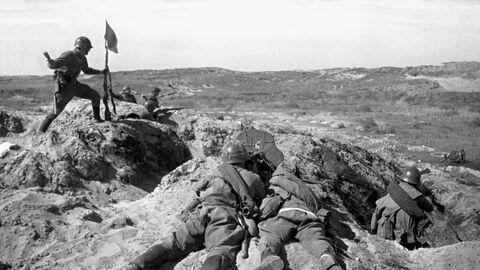 Солдат устанавливает флаг во время боя на сопке Ремизова у реки Халхин-Гол. Приграничный военный конфликт между СССР, МНР с одной стороны и Японской империей и Маньчжоу-го с другой