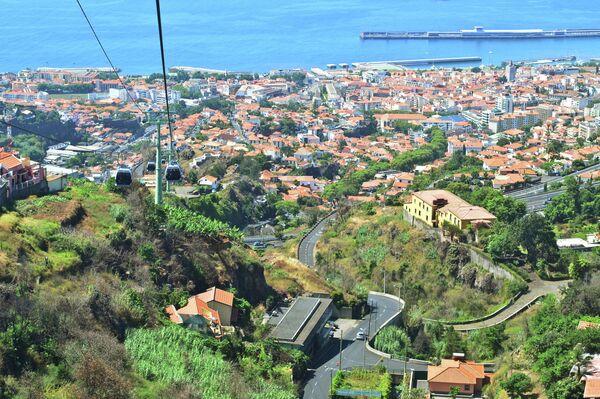 Вид из кабины канатной дороги на город Фуншал на острове Мадейра