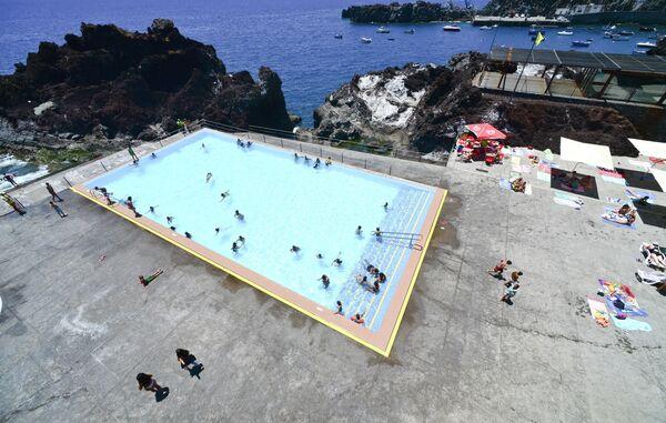 Бассейн с подогретой океанской водой в гавани города Камара-ди-Лобуш на острове Мадейра