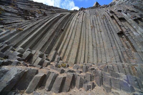 Призматические колонны, образованные вулканической активностью несколько тысяч лет назад на пике Ана Феррейра на острове Порту-Санту