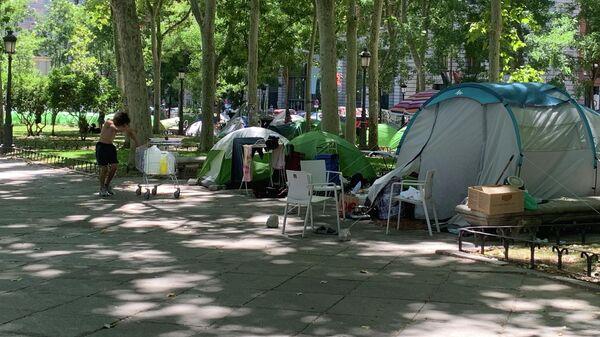 Палаточный городок бездомных у музея Прадо в Мадриде, Испания
