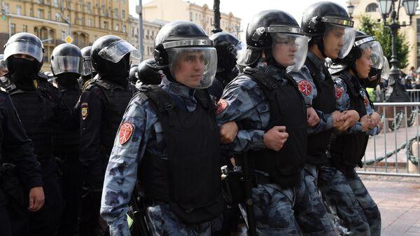 Сотрудники Росгвардии обеспечивают порядок во время несанкционированной акции в поддержку незарегистрированных кандидатов в Мосгордуму