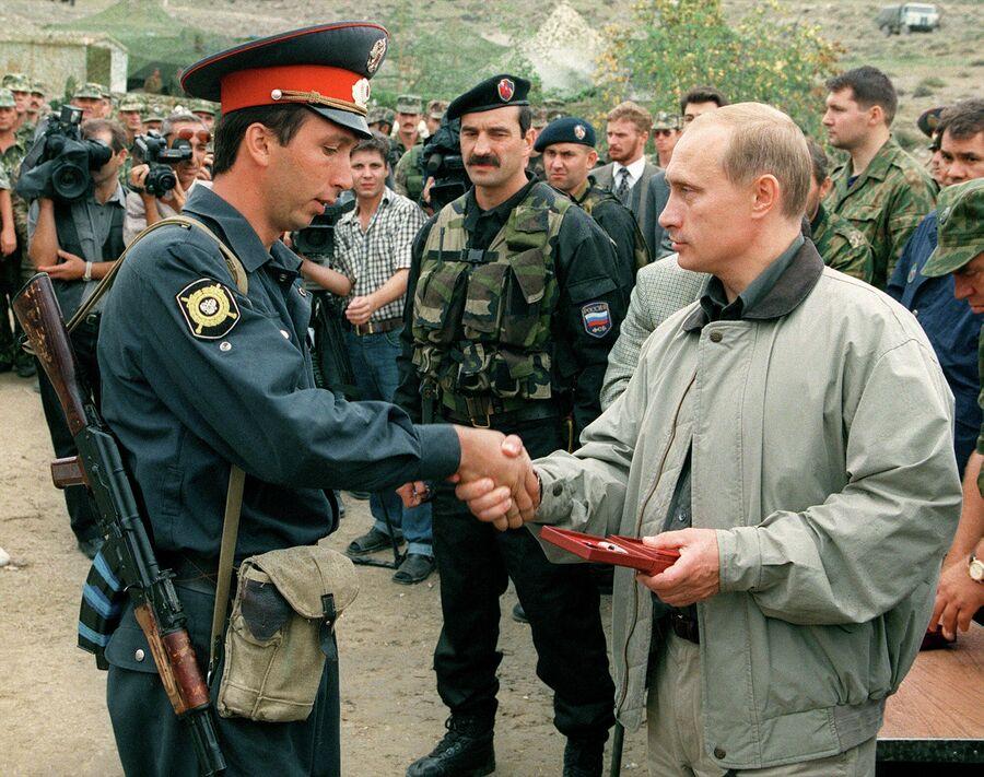 Премьер-министр РФ Владимир Путин во время визита в Ботлихский район Дагестана. 27 августа 1999