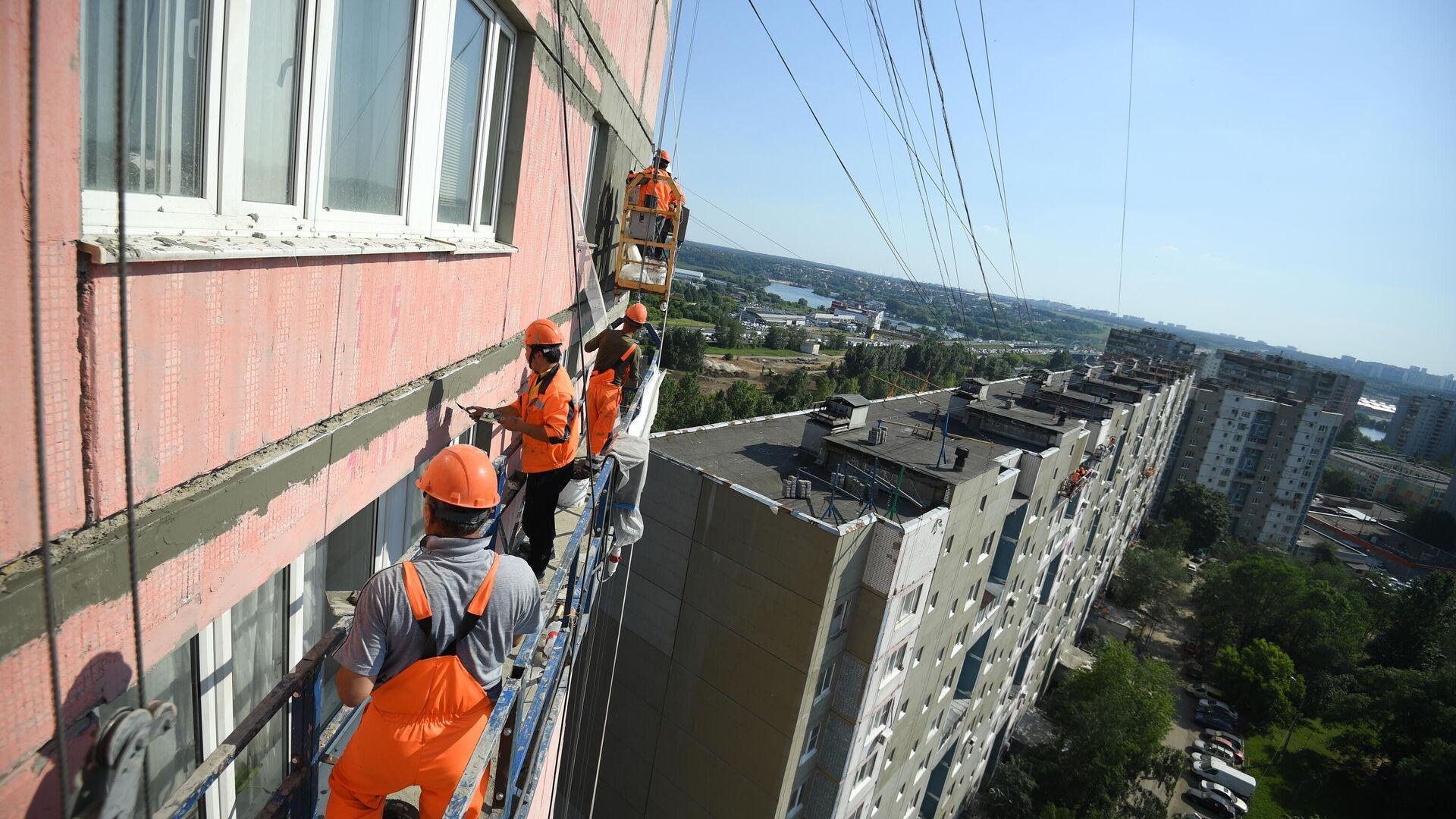 Рабочие проводят ремонт жилого дома в московском районе Капотня - РИА Новости, 1920, 29.09.2020