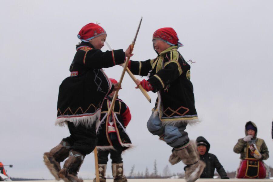 Дети на национальном празднике в с. Суринда