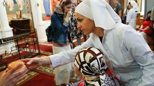 Сотрудница службы Милосердие на богослужении в храме ИКБ №2