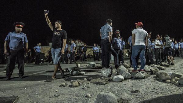 Сотрудники полиции в селе Кой-Таш, где прошла спецоперация по задержанию экс-президента Киргизии Алмазбека Атамбаева