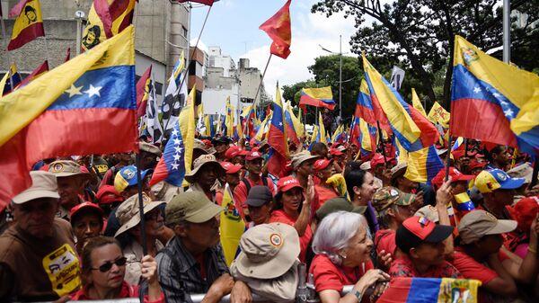 Участники акции протеста против санкционной политики США на одной из улиц Каракаса.