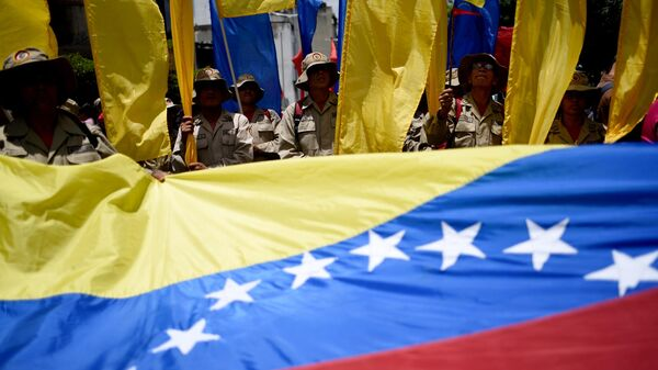 Участники акции протеста против санкционной политики США на одной из улиц Каракаса