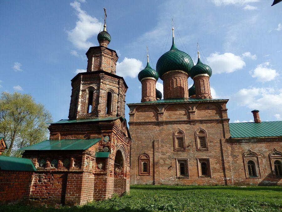 Святые ворота и Владимирская церковь