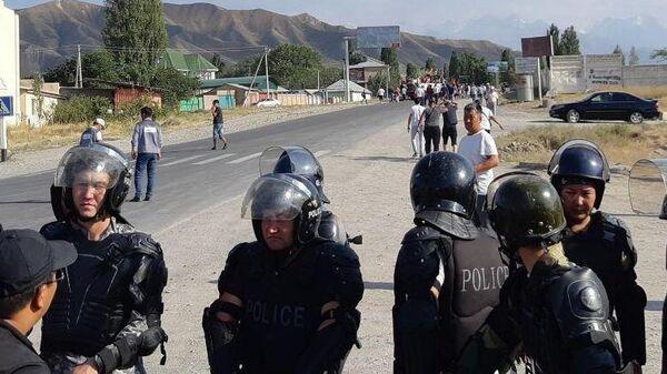 Полиция и местные жители в селе Кой-Таш. 8 августа 2019