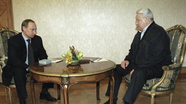 Первый Президент РФ Борис Ельцин поздравляет и. о. Президента РФ Владимира Путина с победой в первом туре президентских выборов