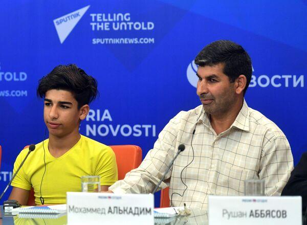 Мальчик из Ирака Касим Алькадим с отцом Мохаммедом на пресс-конференции по итогам лечения