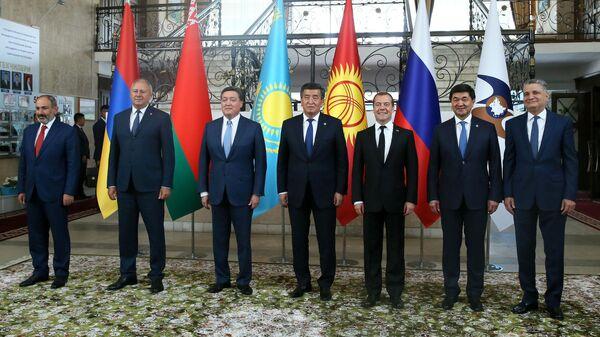 Дмитрий Медведев во время встречи президента Киргизии Сооронбая Жээнбекова  с главами делегаций Евразийского межправительственного совета стран  ЕАЭС в Чолпон-Ате. 9 августа 2019
