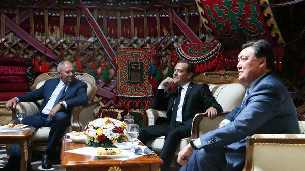 Дмитрий Медведев на заседании совета премьер-министров стран ЕАЭС в узком составе в культурно-этнографическом комплексе Рух в Чолпон-Ате, Киргизия. 9 августа 2019